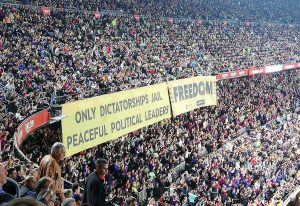 El Barça permitió en el Camp Nou una gran pancarta que insultaba a España Camp-nou-300x206