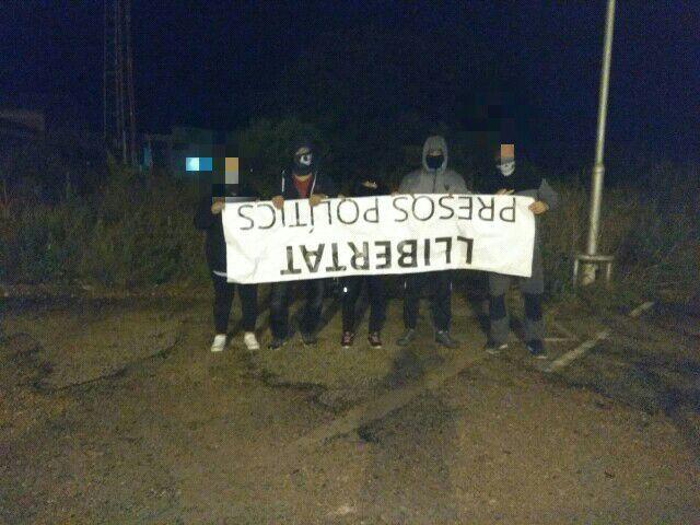 Resistencia Alta Tabarnia posando con la pancarta del ayuntamiento de Reus