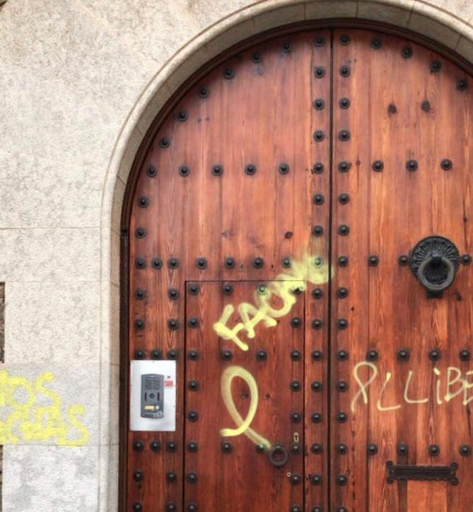 Pintadas en la puerta principal del colegio Canigó, en Barcelona