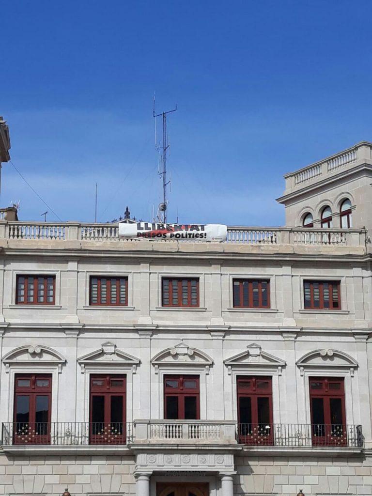 Pancarta separatista en la terraza del Ayuntamiento de Reus (PDeCAT)