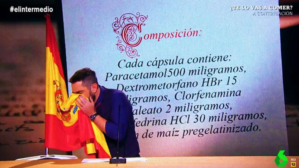 Dani Mateo sonándose los mocos con la bandera de España en 'El intermedio'