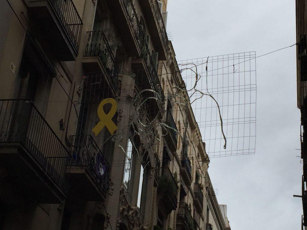 Iluminación navideña de la calle del Carme, en Barcelona, con el lazo amarillo