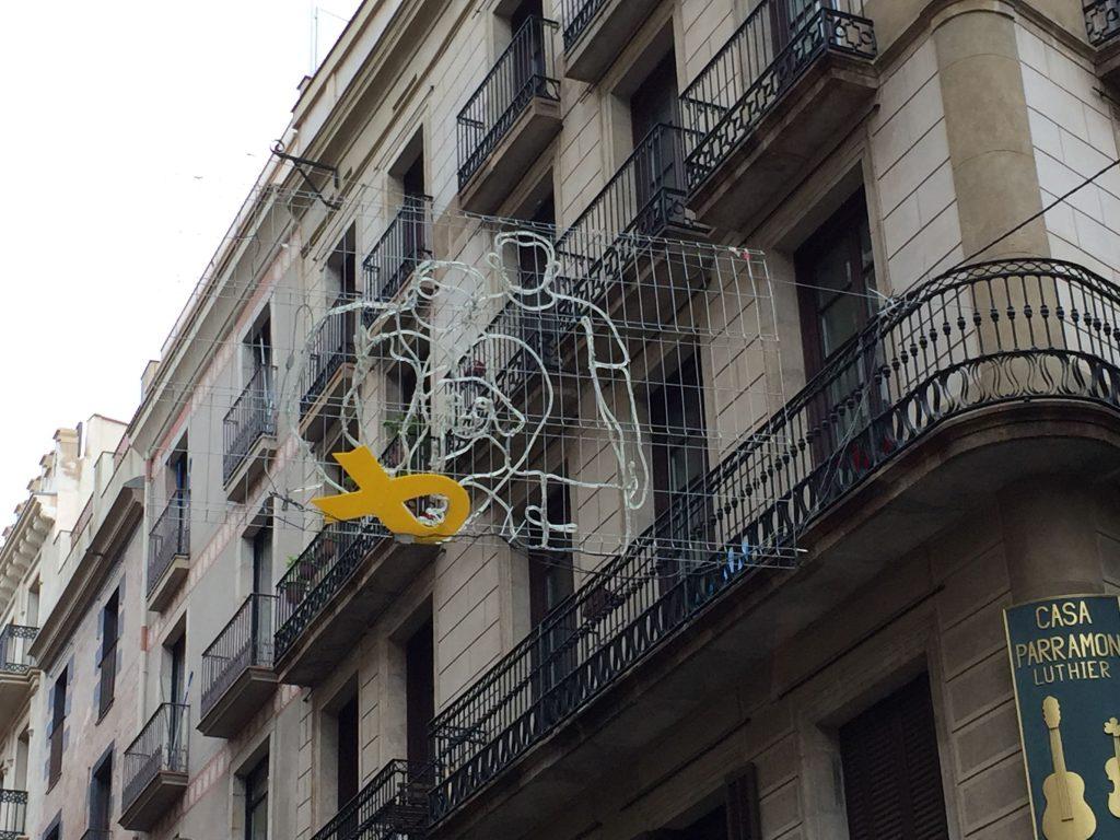 Lazo amarillo en la calle del Carme, en Barcelona