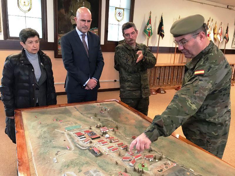 Teresa Cunillera visitando la academia militar de Talarn