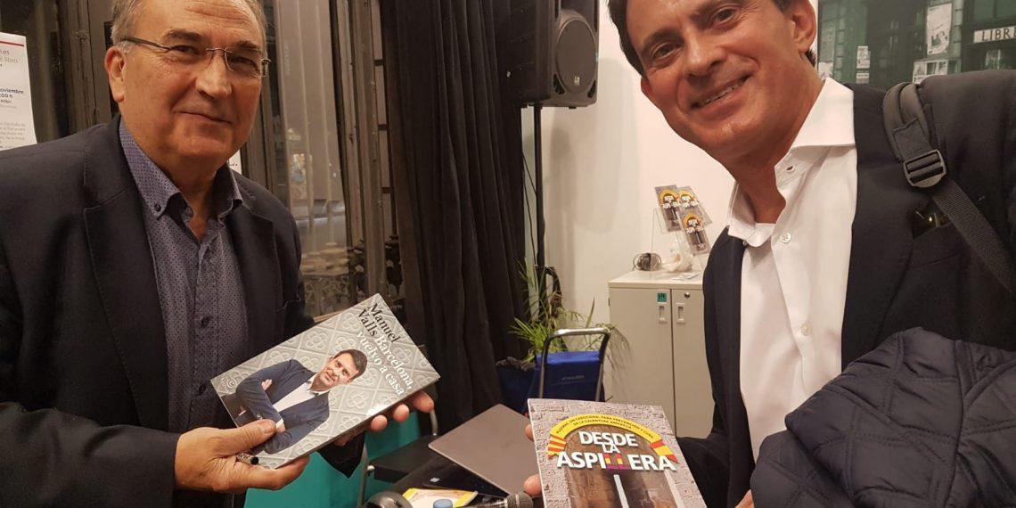 Joan Ferran y Manuel Valls intercambiando sus libros