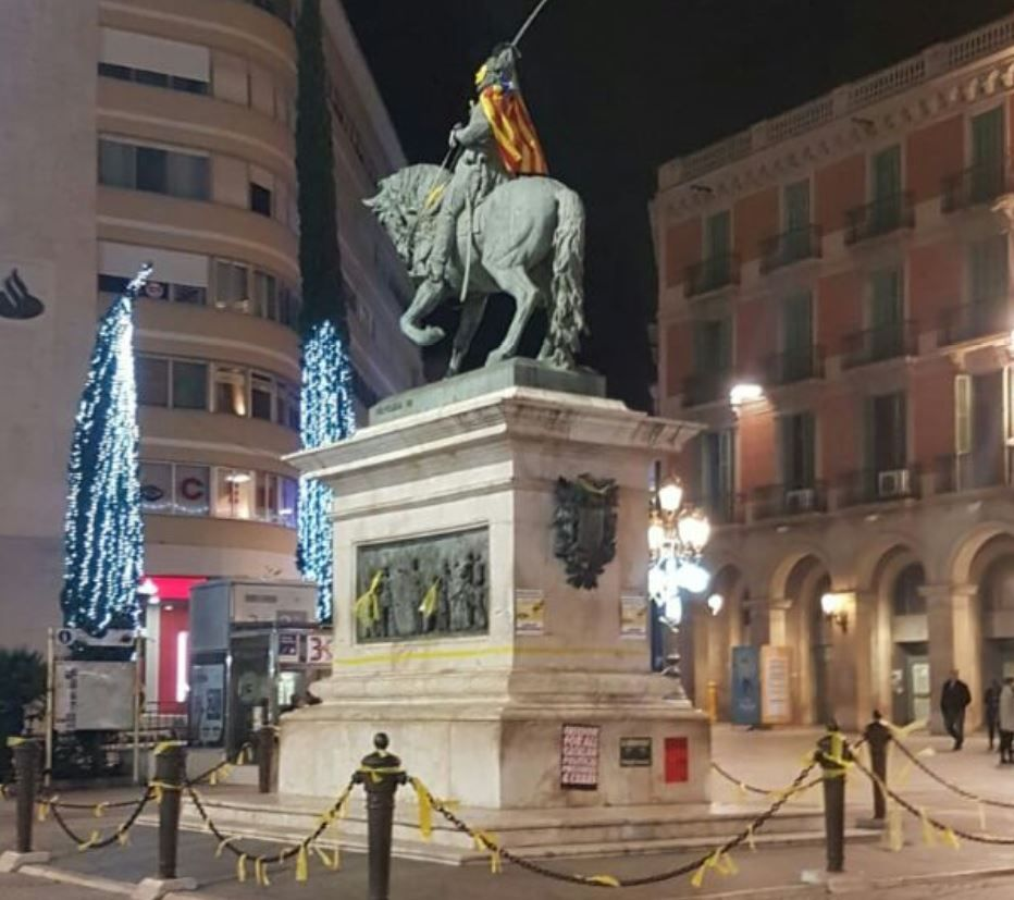 Estatua Reus Plaza Prim con estelada